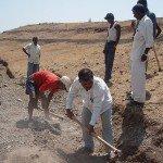 Excavación y recarga surcos en la tierra para atrapar el agua de lluvia. Foto de: jesuitcommons.org