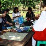 Las mujeres producen artesanías de residuos reciclados. Foto de: HIDUP