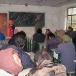 Pedro Walpole discute con la comunidad los mapas de los recursos hídricos en la leprosería de la provincia de Yunnan. Foto de: CRSS