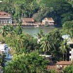 Sawantwadi, la casa de retiros está situada a orillas de un hermoso lago cerca de Goa junto a la línea de ferrocarril de Konkan. El lago y las verdes colinas que lo rodean hacen del lugar un sitio especial para el encuentro con Dios a través de la naturaleza.