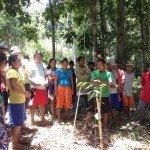 Jóvenes en la aldea de las tierras altas en Mindanao, Filipinas, discutir las acciones que tienen que hacer para ayudar a la regeneración natural de sus bosques. Foto det: ESSC