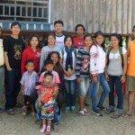 Bee (segundo por la izquierda), con la familia con la que vivió junto con otros escolares en Nikhom.