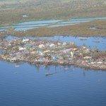 Las viviendas en las zonas de manglar en la ciudad de Ormoc, Leyte, necesitan una revisión.  El manglar deshojado en el fondo plantea muchas preguntas acerca de la necesidad de una planificación seria sobre uso del suelo. Foto des: P. Walpole