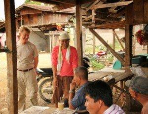 Andreas (en la izquierda), hablando con los campesinos de un pueblo de las tierras altas en Bukidnon maíz OGM, norte de Mindanao, Filipinas. Foto de: JA Ignacio