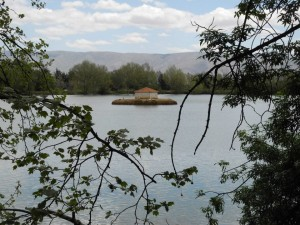 The lake within the Tanaïl domain reflects a calm and a peace possible in a troubled region. Photo credits: arcenciel