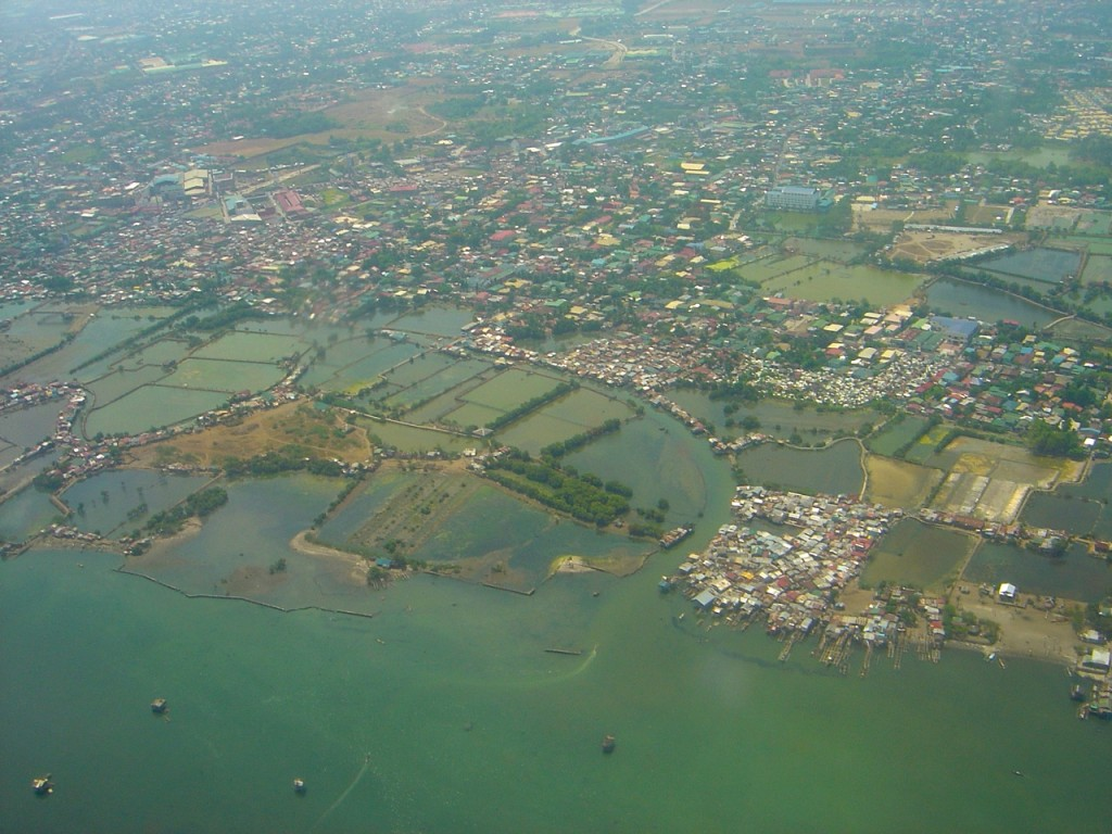 High-risk coastal areas in many parts of the Philippines where the most vulnerable often live, exposed to both extreme climate evens and extreme poverty. Photo credit: P Walpole