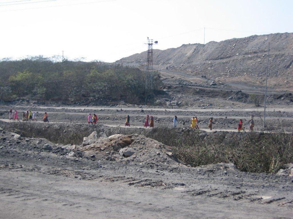 Mujeres recogen carbón que su familia puede vender, en contra de un paisaje de minería de carbón en Jharkhand, al este de la India. Foto de: P Walpoe