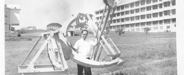El Padre Victor Badillo, preparando las observaciones celestes. Foto des: Manila Observatory Archives
