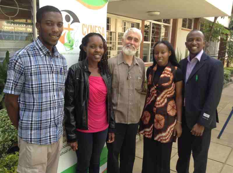 la juventud en África trabajando por la sostenibilidad medioambiental, con Pedro Walpole in en el medio. De izquierda a derecha, Allen Ottaro, Wangechi Mugo, Pedro, Edna Karijo, and David Munene. Foto de: CYNESA.
