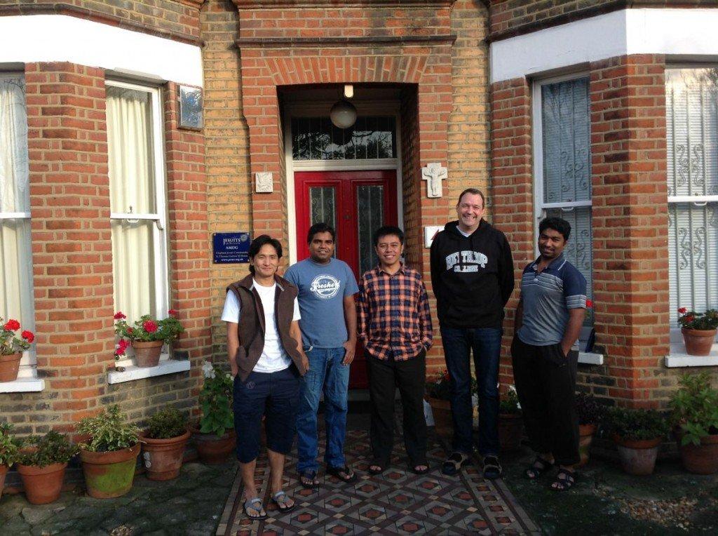 Pius Ginting (medio), una comunidad y activista del medio ambiente de Indonesia, se quedó con la comunidad jesuita Clapham y participó en la Gira de Carbón Sucio organizado por la Red Minera de Londres. Foto de: Greenjesuit.org