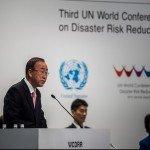 Le Secrétaire général des Nations Unies, Monsieur Ban Ki-Moon, a prononcé le discours d'ouverture à la troisième Conférence mondiale des Nations Unies sur la réduction des risques de catastrophe à Sendai, au Japon.  Dans son discours, Ban Ki-Moon a rappelé que les dégâts annuels globaux résultant de catastrophes dépassent aujourd'hui 300 000 000 000$.  «Nous pouvons regarder ce chiffre augmenter pendant que de plus en plus de monde souffre.  Ou bien nous pouvons, de façon considérable, réduire ces chiffres et investir dans le développement économique». Crédit photo: UN ISDR