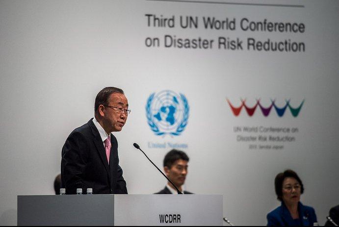 """El Secretario General de la ONU Ban Ki-moon durante el discurso de apertura durante la Tercera Conferencia Mundial de las Naciones Unidas sobre la Reducción del Riesgo de Desastres en Sendai, Japón. Recordó al mundo que el daño global anual resultante de los desastres ahora supera los 300.000 millones de dólares.  """"Podemos ver que el número crece a medida que sufren más personas. O podemos reducir drásticamente esa cifra e invertir en desarrollo."""" Foto de: UN ISDR"""