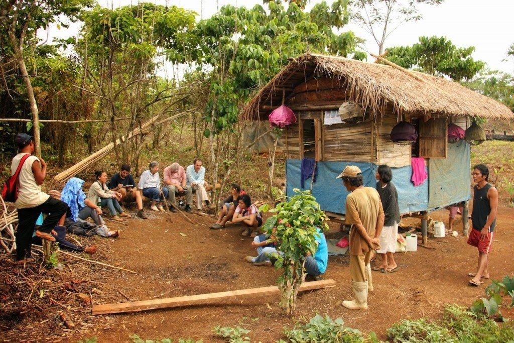 Un equipo ESSC con científicos visitantes escuchar las preocupaciones económicas, ambientales y sociales de una comunidad de montaña. Foto des: A Ignacio, ESSC