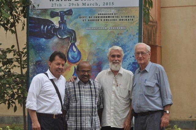 Fernando Serrano, Xavier Jeyaraj, Pedro Walpole, y Tony Herbert durante un descanso en la conferencia.
