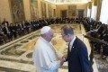 El secretario general de la ONU, Ban Ki-moon se reúne con el papa Francisco en el Vaticano con otros líderes de comunidades científicas y de fe. Foto des: Osservatore Romano/Reuters