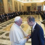 Le Secrétaire Général de l'ONU, Ban Ki-moon rencontre le Pape Francis au Vatican avec d'autres leaders mondiaux dans des communautés de foi et de science. Crédit photo: L'Osservatore Romano/Reuters