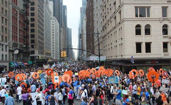Decenas de miles convergieron en Nueva York, EE.UU. pasado septiembre de 2014 a marzo de clima de la gente, pidiendo el cambio y las más audaces decisiones y acciones de los líderes mundiales y empresariales. Foto de: businessgreen.com