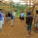 El Padre Tony visitando los jóvenes indígenas de tierras altas haciendo carpintería en Bukidnon, Filipinas, como parte de un programa más amplio ecología integral para los jóvenes adultos, con formación para la adquisición de destrezas y de valores. Foto de: ESSC