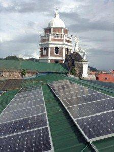 A comienzos de este mes se instalaron panales solares en el tejado de Nuestra Señora de los Angeles parroquia de Atimonan, Quezon en el este de Luzon, Filipinas. Foto de: Caritas-Philippinesd