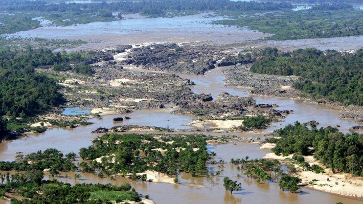 Según la Comisión de río Mekong (MRC) para el desarrollo sostenible, el flujo ascendente aporta sólo una pequeña porción del flujo total anual del río Mekong y la mayor parte del volumen de flujo total se entrega en el Mekong de afluentes en la cuenca del Mekong inferior.  Sin embargo, no se debe subestimar la importancia del flujo aguas arriba como derretimiento de nieve de la temporada seca de China contribuye a más del 24% del flujo total.  La temporada de inundaciones en la cuenca del río Mekong dura desde junio a noviembre y cuentas para 80 a 90% del total anual de flujo (MRC 2010) y esta temporada anual de inundaciones es especialmente importante en la cuenca del Mekong inferior donde ha formado el entorno y sus habitantes.  Foto de: mrcmekong.org