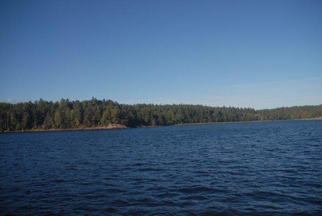 Una de las islas cerca de Estocolmo en un día claro, recordando la vida y la tierra al intentar mantener el intercambio abierto y creativo.