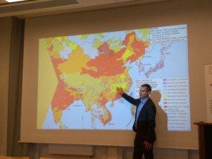 Johan Kuylenstierna, directeur exécutif de SEI, explique la croissance spectaculaire des mégalopoles de 1950 à 2015 et où les besoins humains doivent être abordés, et il pose la question, «Commençons-nous à collaborer ou juste rafler?»