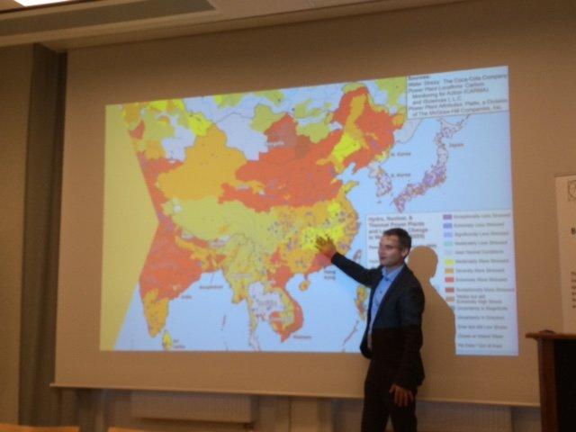 """Director Ejecutivo de SEI Johan Kuylenstierna explica el espectacular crecimiento de las megaciudades desde 1950 hasta el 2015 y donde humanos deben ser abordado, y él pregunta: """"¿empezamos a colaborar o simplemente agarrar?"""""""