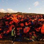 El cementerio de la chalecos salvavidas apilados en las colinas de Lesbos, uno de una serie de fotos de la Sra Colleen Sinsky (http://jesuits.org/story?TN=PROJECT-20160229043205), licenciada en Economía por la Universidad de Santa Clara, que truncó su vacaciones en el Mediterráneo en diciembre pasado para ayudar a los refugiados y cuyas historias compartía en sus blogs. Foto de: jesuits.org