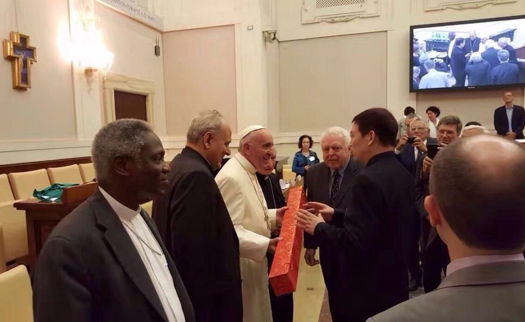 Dr Jinfeng Zhou, Secretary General of CBCGDF, presenting the Rubbings of Nestorian Stele to Pope Francis at the Vatican, 28 September 2016. Photo credit: pas.va