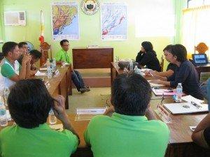 Reunión de la ESSC con el personal de DRR y GIS del gobierno local de Hernani al este de Samar sobre el trabajo colaborativo sobre fortalecimiento de las capacidades. Foto de: ESSC