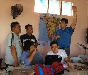 Explicar a los becarios del gobierno local la importancia de georreferenciar los mapas existentes. Foto de: ESSC