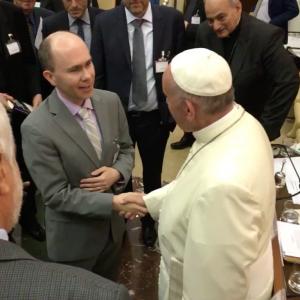 El Dr. Annett con el Papa Francisco, que se unió brevemente a la Consulta Conjunta del Consejo Pontificio para la Justicia y la Paz y la Academia Pontificia de Ciencias sobre Laudato si' y el Camino a la COP22 el 28 de septiembre de 2016 en el Vaticano. Foto de: pas.va