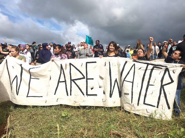"""""""Aquí se encuentra un importante punto de discordia entre la reserva y las empresas de gasoductos. Los Pueblos Indígenas tienen una gran reverencia por la tierra y el agua. Ellos saben que una calidad de vida razonable es imposible sin agua limpia y tierra apropiadamente manejada. Los mismos Pueblos Indígenas han sido testigos de la destrucción que la industria del petróleo y el gas ha hecho desde que se perforaron los primeros pozos."""" (De """"Un Informe Especial sobre el Oleoducto Dakota Access en Standing Rock"""", The Millennium Report, 29 de octubre de 2016). Foto de: themillenniumreport.com"""