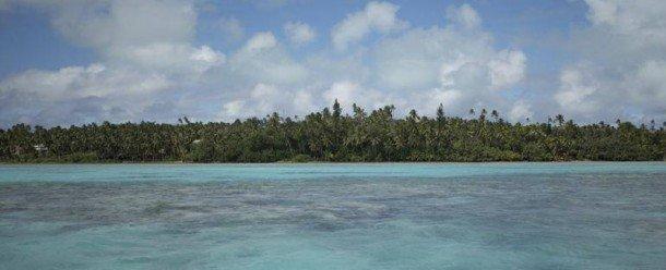 En mayo de 2016, se informó de que cinco islas de arrecife en las Islas Salomón en el suroeste del Pacífico desaparecieron, y otras seis experimentaron severas costas de retroceso, debido al aumento del nivel del mar.  Esto surgió de un estudio australiano que analizó la dinámica costera de del aumento del nivel del mar por Simon Albert, et al (http://iopscience.iop.org/article/10.1088/1748-9326/11/5/054011), que utilizó imágenes cronometradas aéreas y satelitales de las 33 islas de 1947 a 2014, junto con el conocimiento histórico y el conocimiento local.. Foto de: un.org