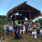 El personal de ESSC de los silvicultores comunitarios, jóvenes voluntarios jesuitas, agricultores de agricultura ecológica, participantes en la capacitación de jóvenes y maestros de escuelas comunitarias se reúnen en las faldas del Pantaron, compartiendo una visión y esperanza comunes con una comunidad de montaña en Bukidnon, Filipinas, en un clima cambiante. Foto de: S Miclat, ESSC
