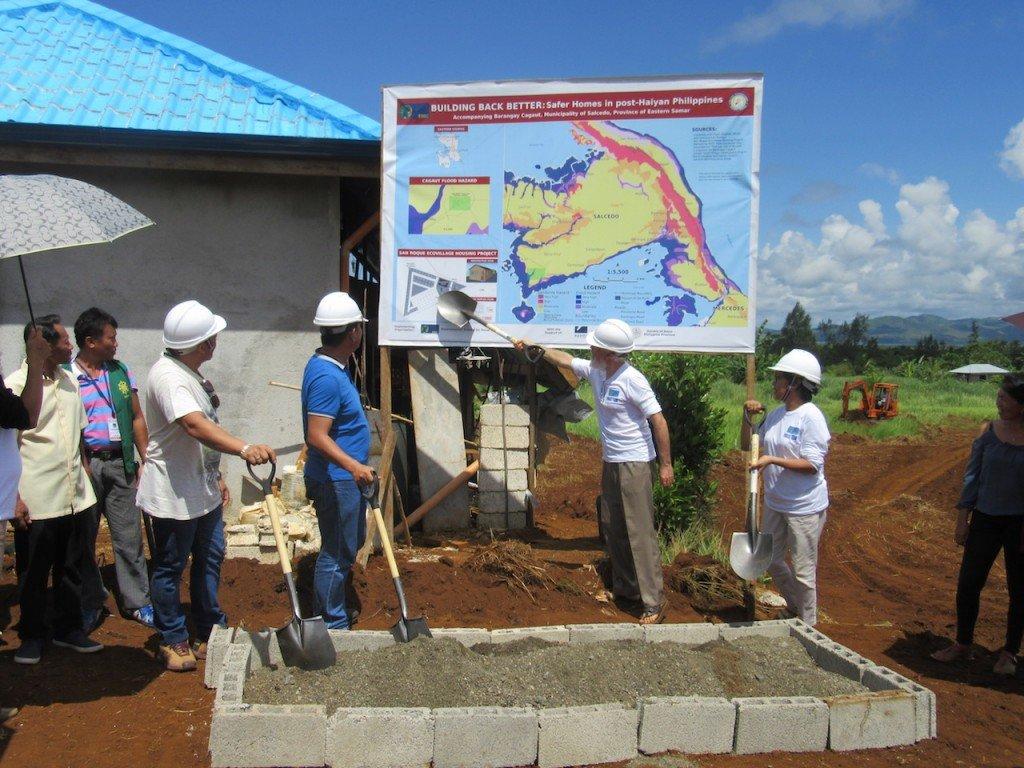 La Ecoaldea de San Roque, un proyecto del ESSC de reconstrucción para la reubicación de viviendas, fue lanzado el 2 de junio de 2017 con el apoyo de la Red Xavier y la Provincia Filipina de la Compañía de Jesús. Durante la actividad pionera, el Director de Investigación de la ESSC, Pedro Walpole (tercero de la izquierda, en hardhat) explicó el mapa geohazard de la zona y el lugar de reubicación, con Melchor Mergal (alcalde de Salcedo), Joselito Abrugar (Oficial provincial de medio ambiente y recursos naturales de la provincia Samar del Este), y Sylvia Miclat (Directora Ejecutiva del ESSC). Foto de: ESSC