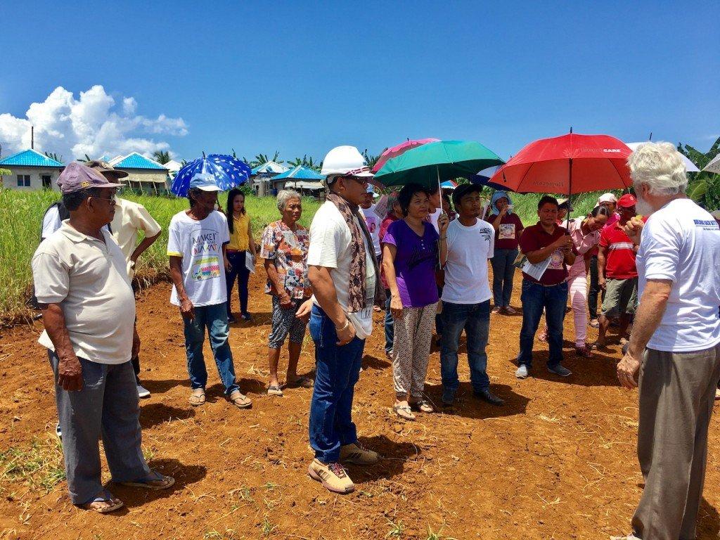 Dirigir la atención de los gobiernos locales y los beneficiarios de la comunidad en la necesidad de evaluar y desarrollar el sitio de antes de la construcción de la casa, incluidos los sistemas de drenaje y la red de carreteras. Foto de: ESSC