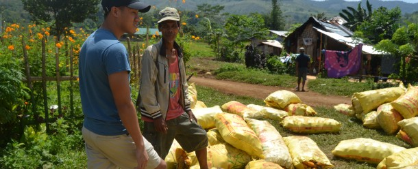 A local farmer shares with a student the difficulties experienced by upland corn farmers in Bukidnon. Photo credit: R Javier | ESSC